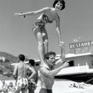 NATALIE WOOD AND STEVE ROWLAND ON THE BEACH - 8X10 PUBLICITY PHOTO (ZZ-483)