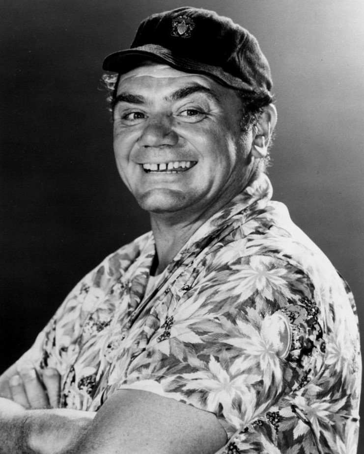 "ERNEST BORGNINE IN ""McHALE'S NAVY"" - 8X10 PUBLICITY PHOTO (BB-457)"