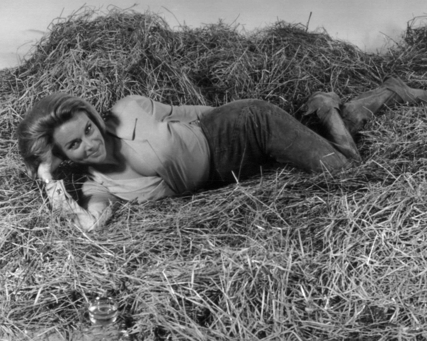 """HONOR BLACKMAN AS """"PUSSY GALORE"""" IN """"GOLDFINGER"""" - 8X10 PUBLICITY PHOTO (DA-549)"""