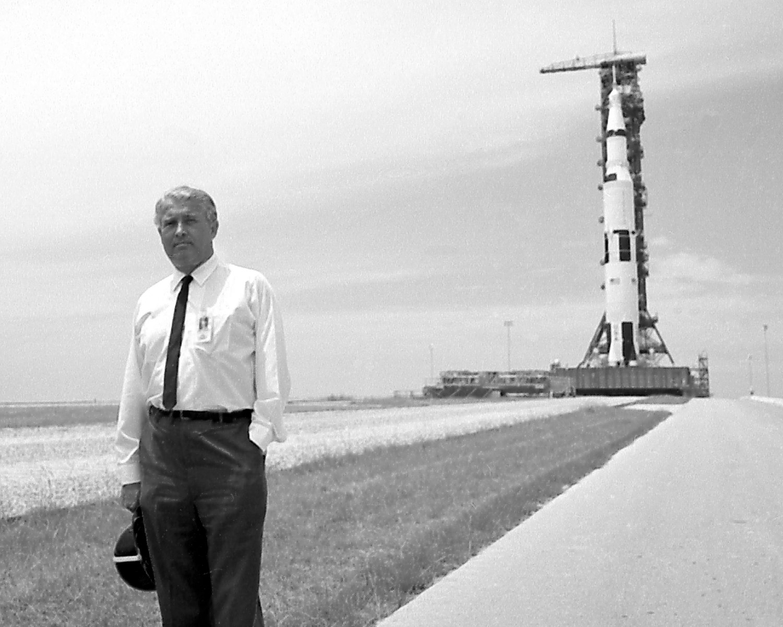 DR. WERNHER VON BRAUN IN FRONT OF APOLLO 11 SATURN V - 8X10 NASA PHOTO (DA-362)