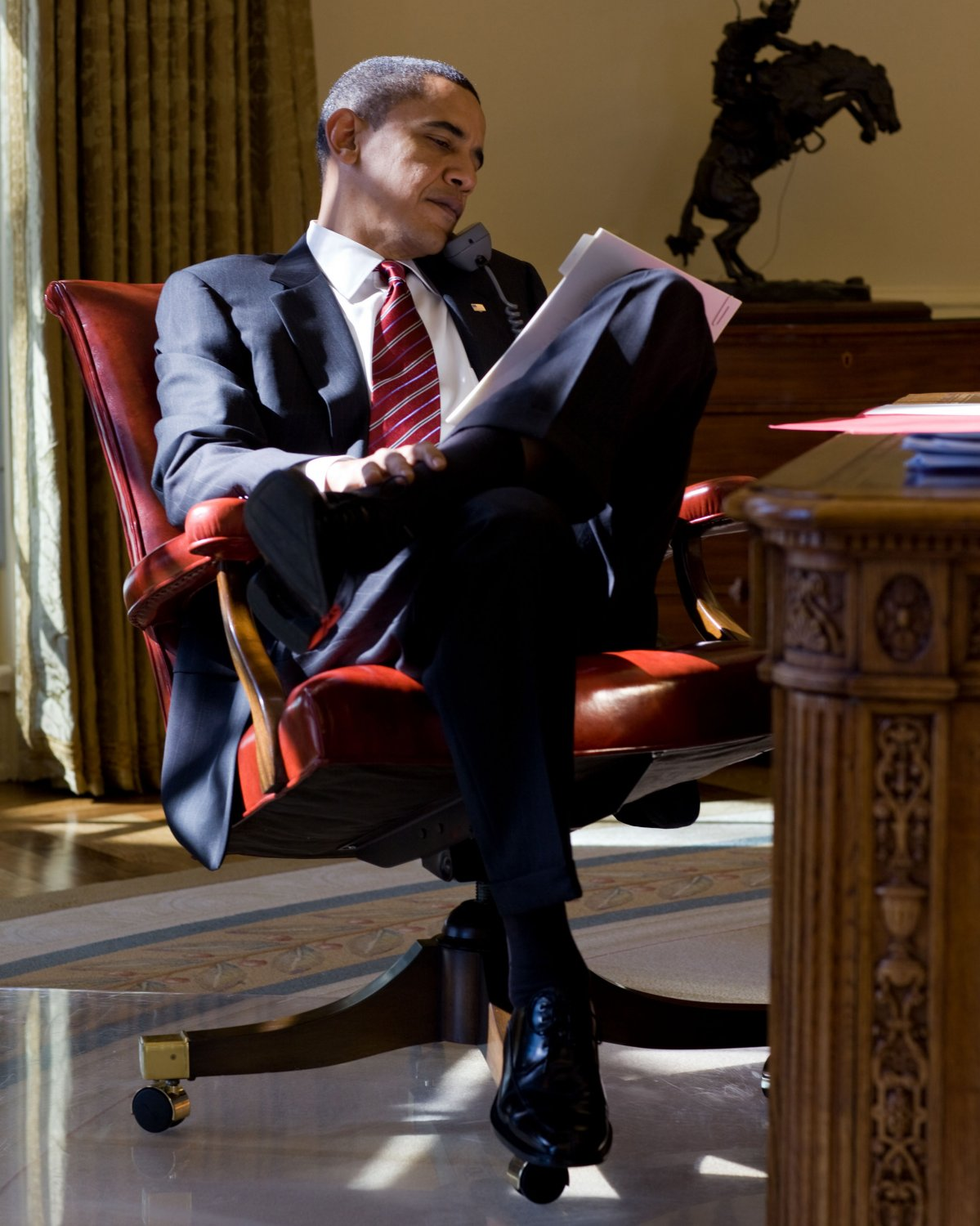 BARACK OBAMA REVIEWS PAPERWORK WHILE SPEAKING ON THE PHONE - 8X10 PHOTO (ZY-344)