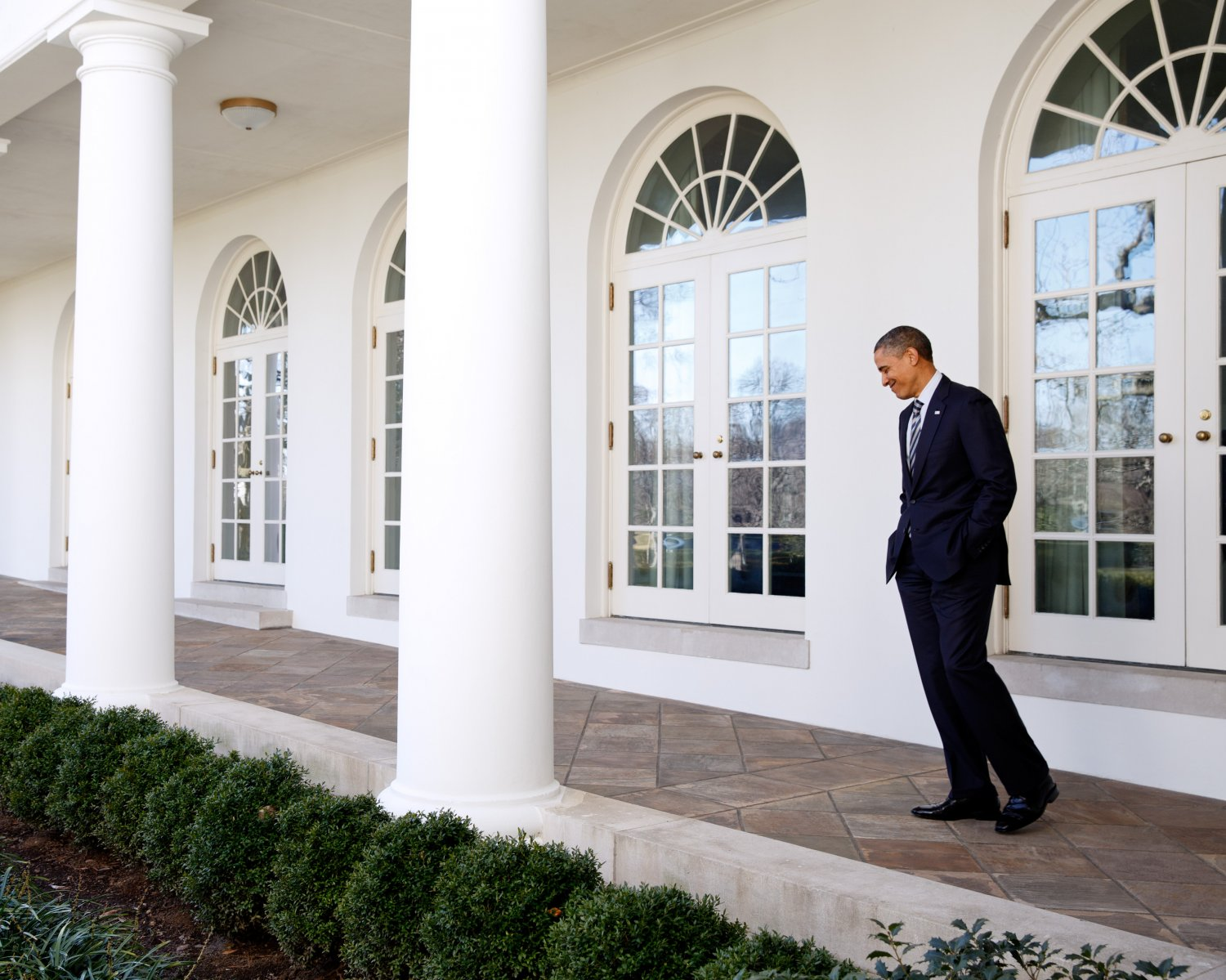 PRESIDENT BARACK OBAMA WALKS ON THE WHITE HOUSE COLONNADE - 8X10 PHOTO (ZY-345)