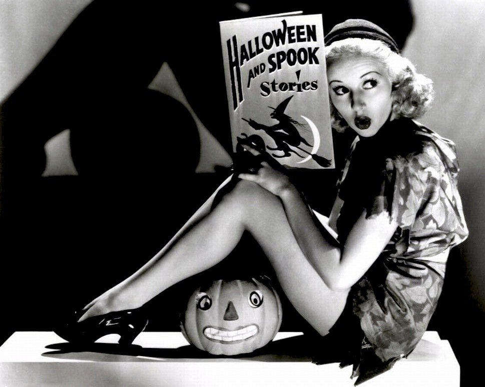 BETTY GRABLE SEX SYMBOL PIN-UP - 8X10 HALLOWEEN THEMED PUBLICITY PHOTO (ZY-352)