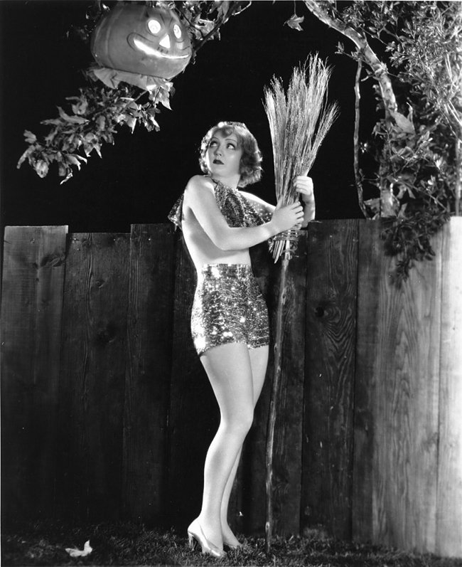 ACTRESS NANCY CARROLL PIN-UP - 8X10 HALLOWEEN THEMED PUBLICITY PHOTO (ZY-364)