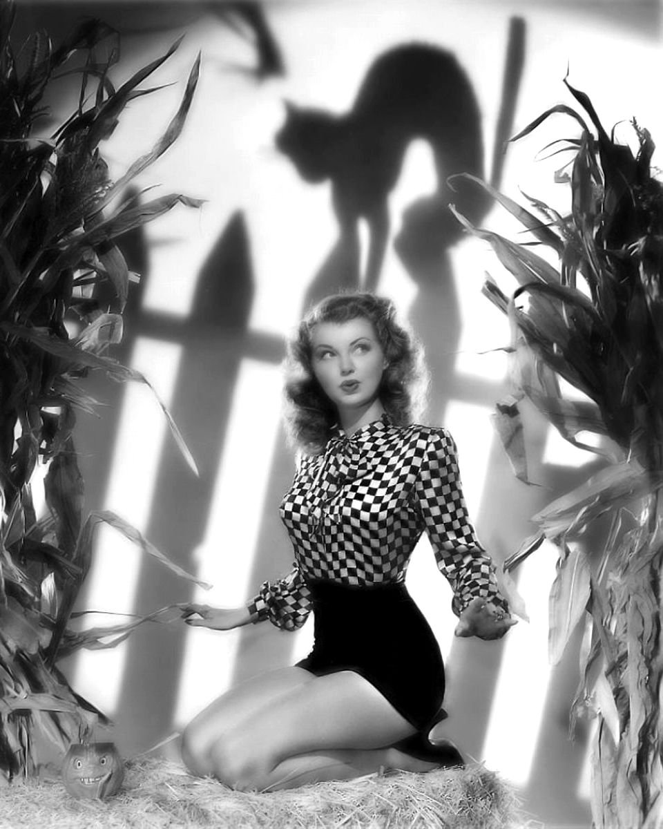 ACTRESS LILLIAN WELLS PIN-UP - 8X10 HALLOWEEN THEMED PUBLICITY PHOTO (ZY-357)