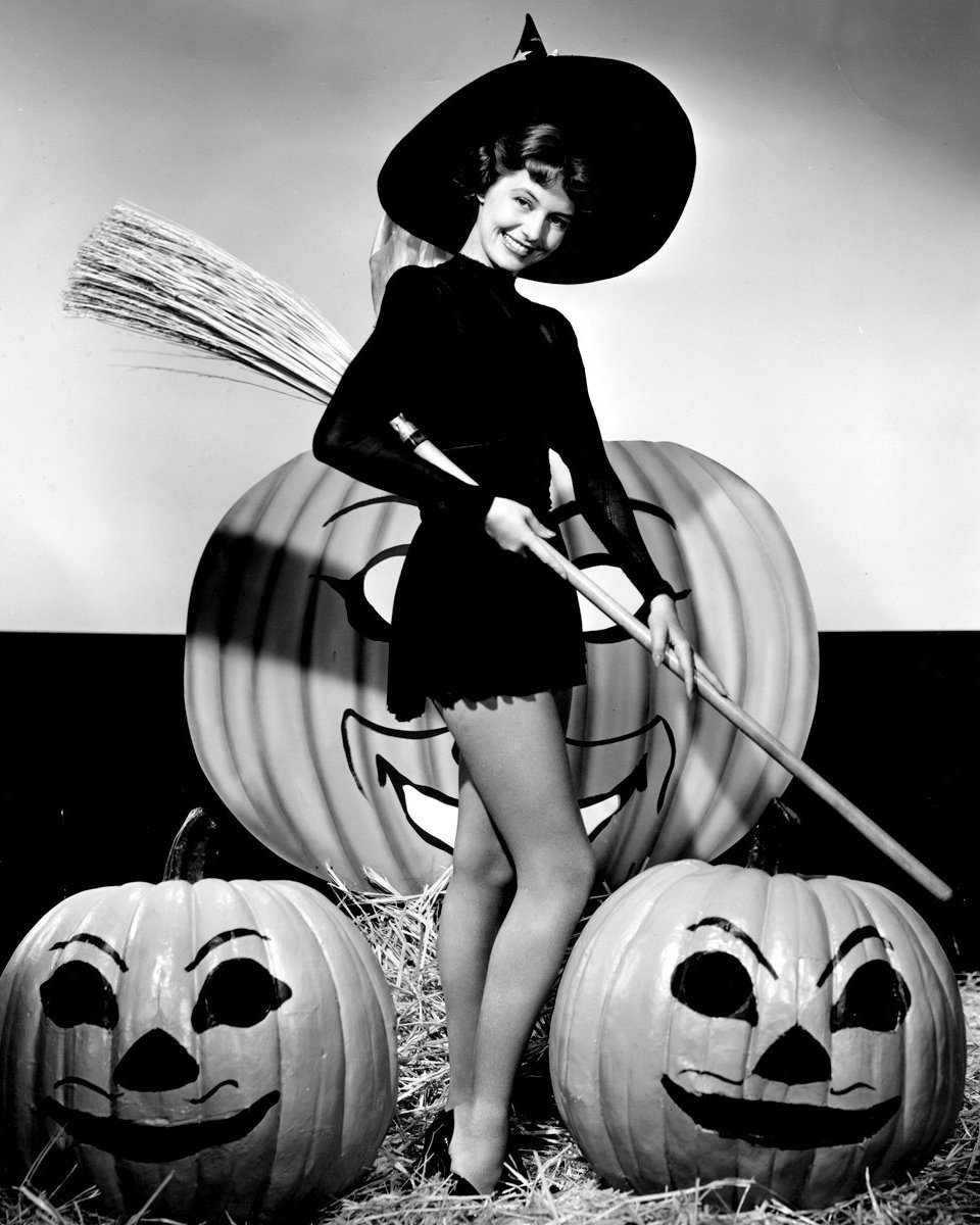 ACTRESS CYD CHARISSE PIN-UP - 8X10 HALLOWEEN THEMED PUBLICITY PHOTO (ZY-361)