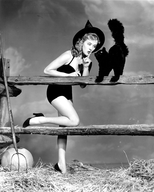 ACTRESS JOYCE HOLDEN PIN-UP - 8X10 HALLOWEEN THEMED PUBLICITY PHOTO (ZY-366)