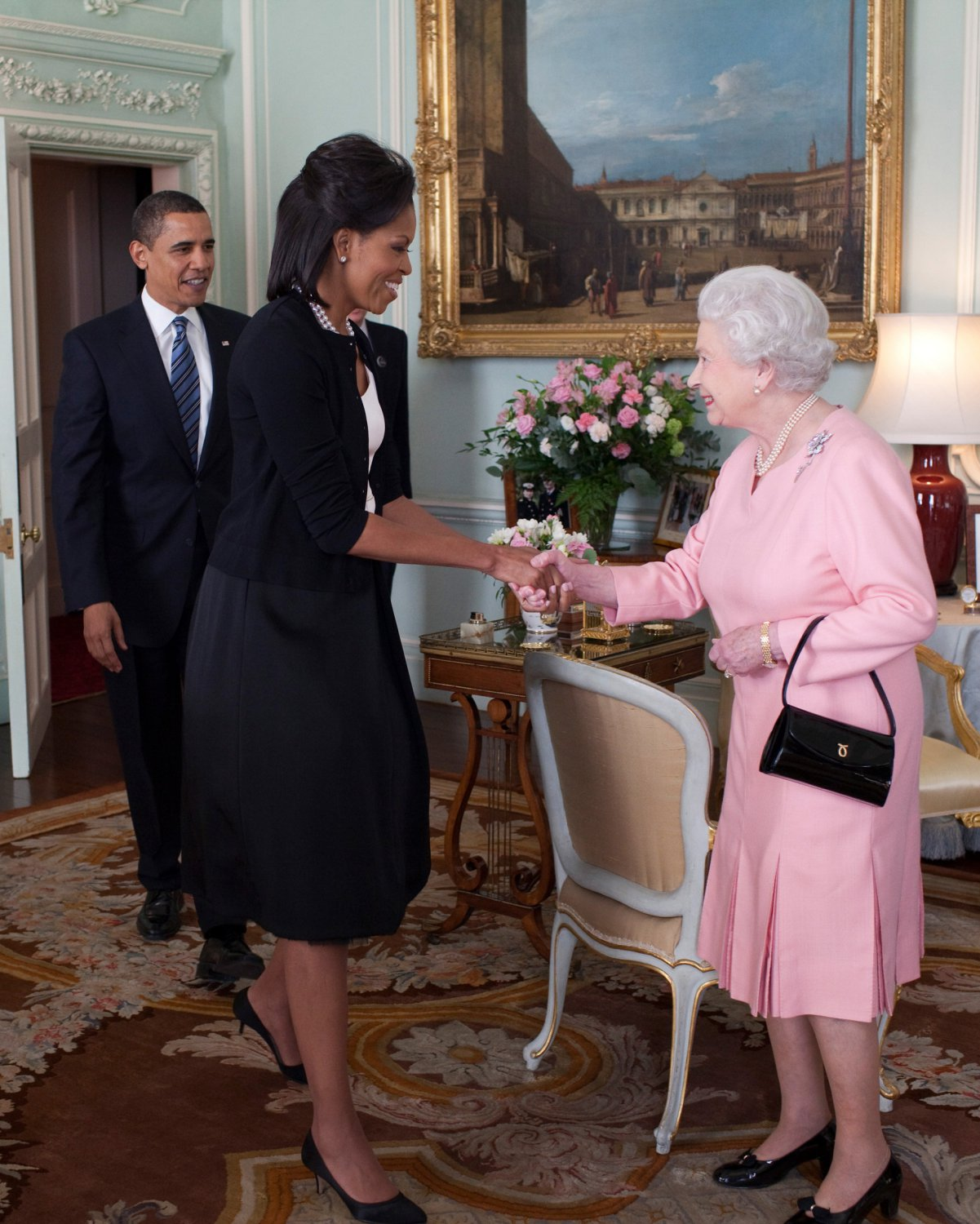 PRESIDENT BARACK OBAMA & MICHELLE GREETED BY QUEEN ELIZABETH 8X10 PHOTO (ZY-372)