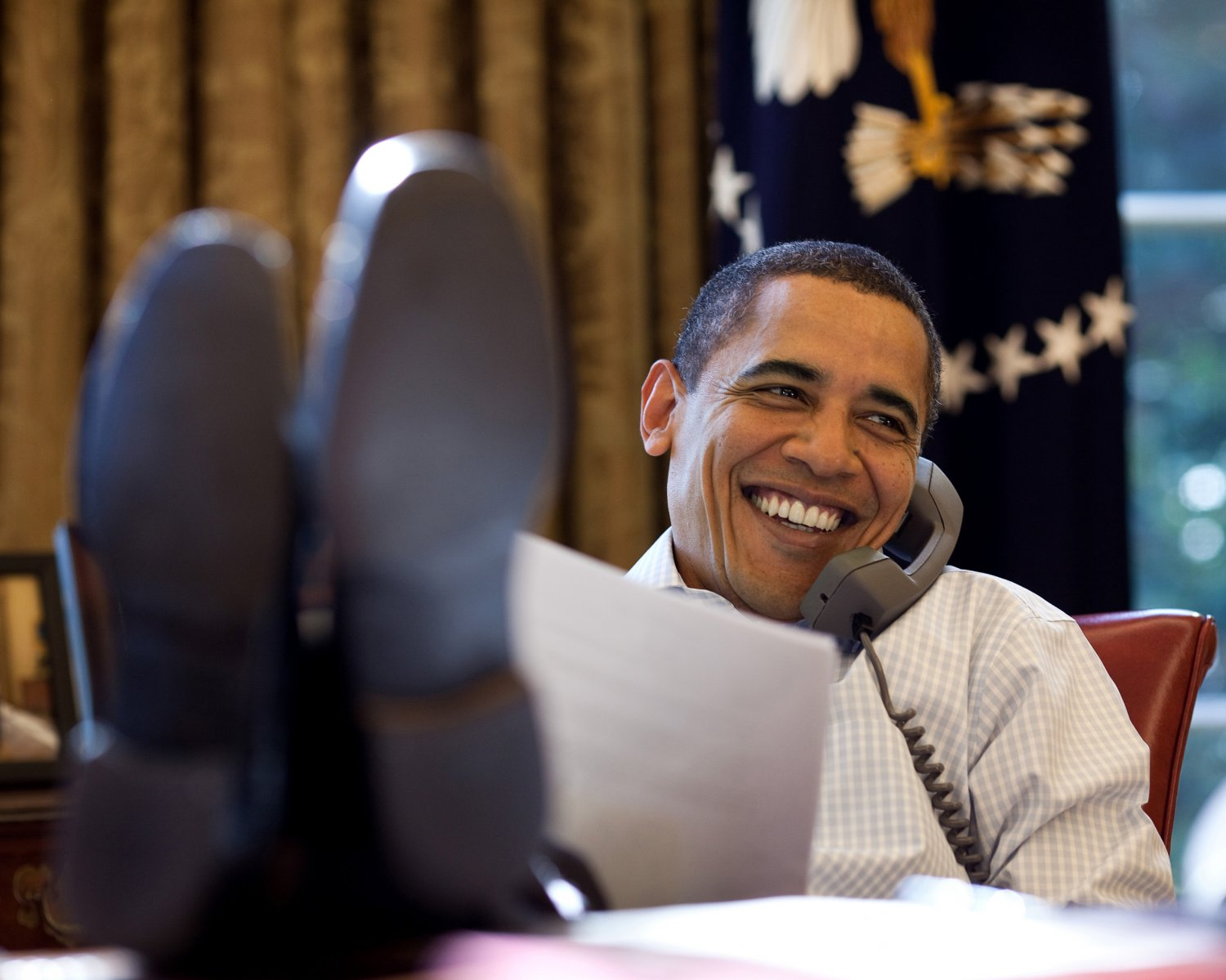 BARACK OBAMA ON CALL w/ RUSSIAN PRESIDENT IN THE OVAL OFFICE 8X10 PHOTO (ZY-379)