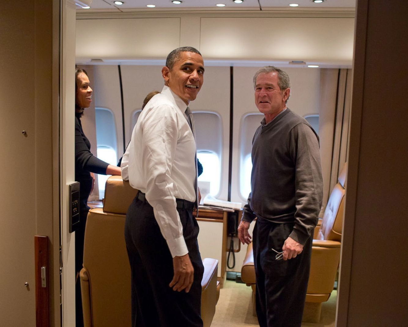 PRESIDENT BARACK OBAMA & GEORGE W. BUSH ABOARD AIR FORCE ONE 8X10 PHOTO (ZY-380)