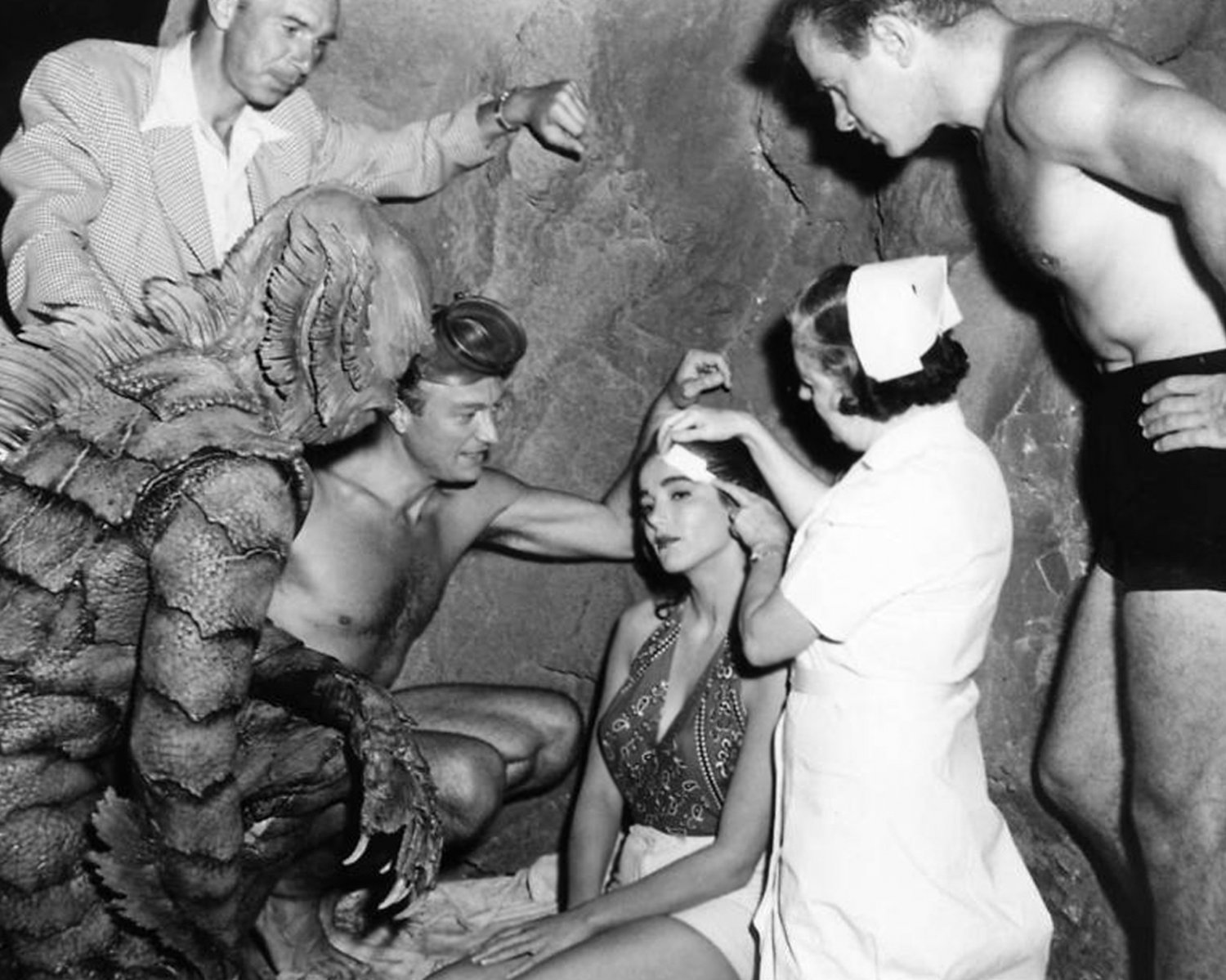 """JULIE ADAMS ON THE SET OF """"CREATURE FROM THE BLACK LAGOON"""" - 8X10 PHOTO (CC-187)"""