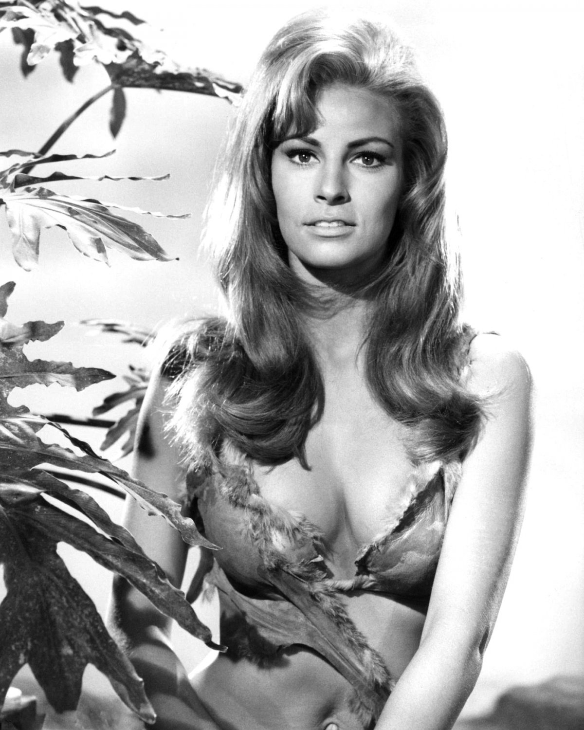 """RAQUEL WELCH IN THE FILM """"ONE MILLION YEARS B.C."""" 8X10 PUBLICITY PHOTO (CC-196)"""