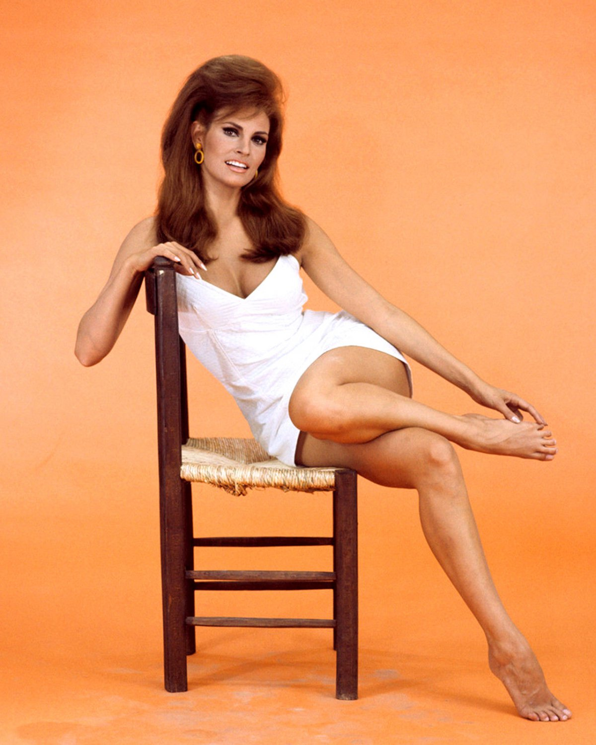 RAQUEL WELCH ACTRESS AND SEX-SYMBOL - 8X10 PUBLICITY PHOTO (SP-016)