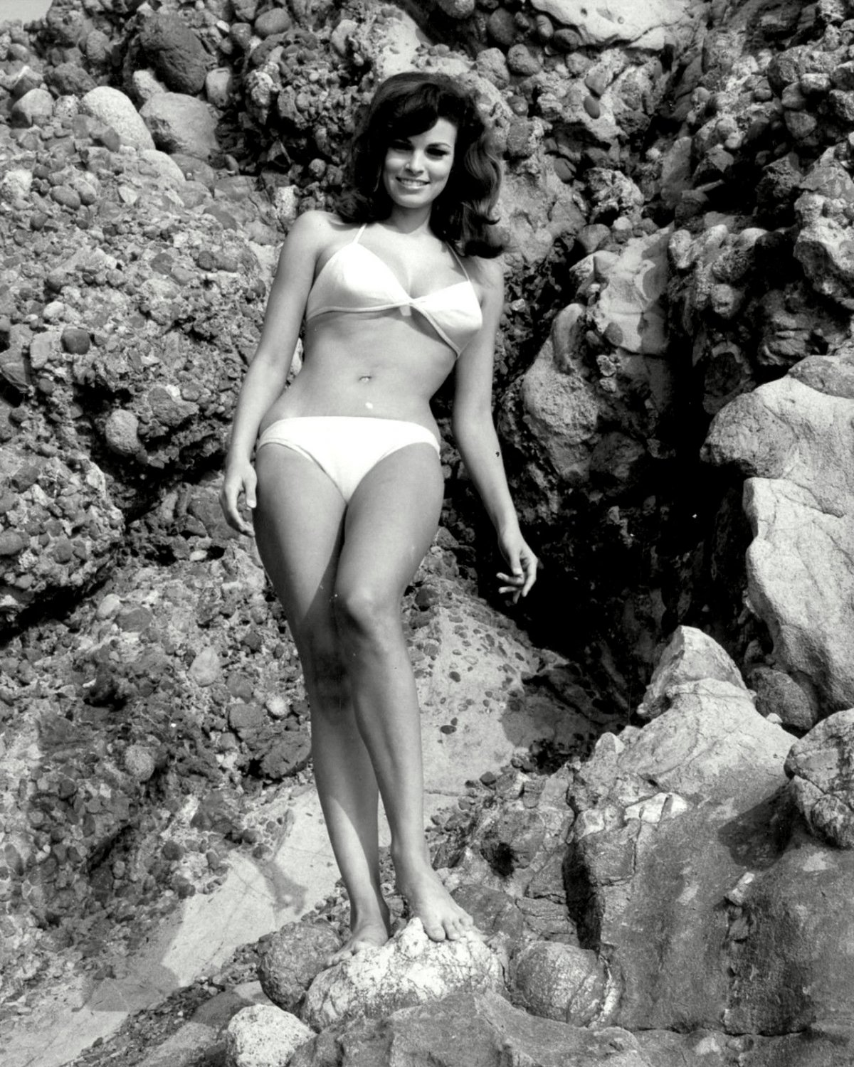 RAQUEL WELCH ACTRESS AND SEX-SYMBOL - 8X10 PUBLICITY PHOTO (SP-017)