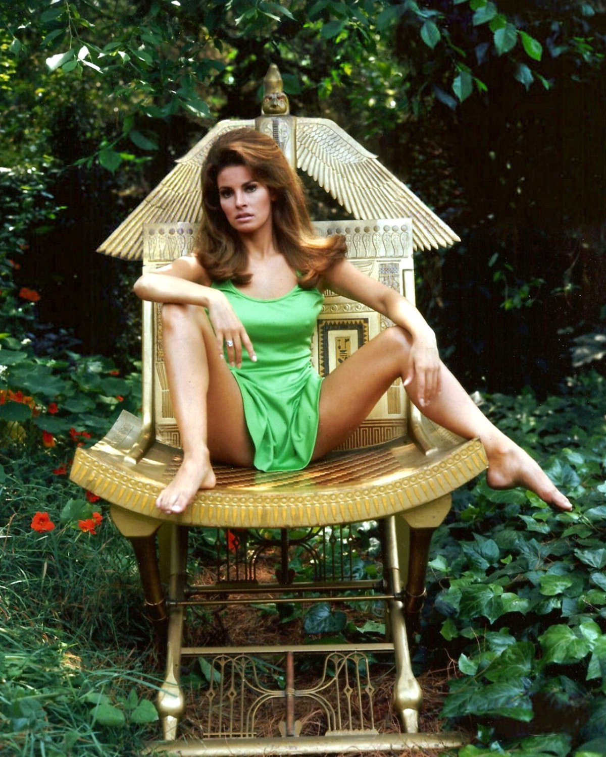 RAQUEL WELCH ACTRESS AND SEX-SYMBOL - 8X10 PUBLICITY PHOTO (SP-029)