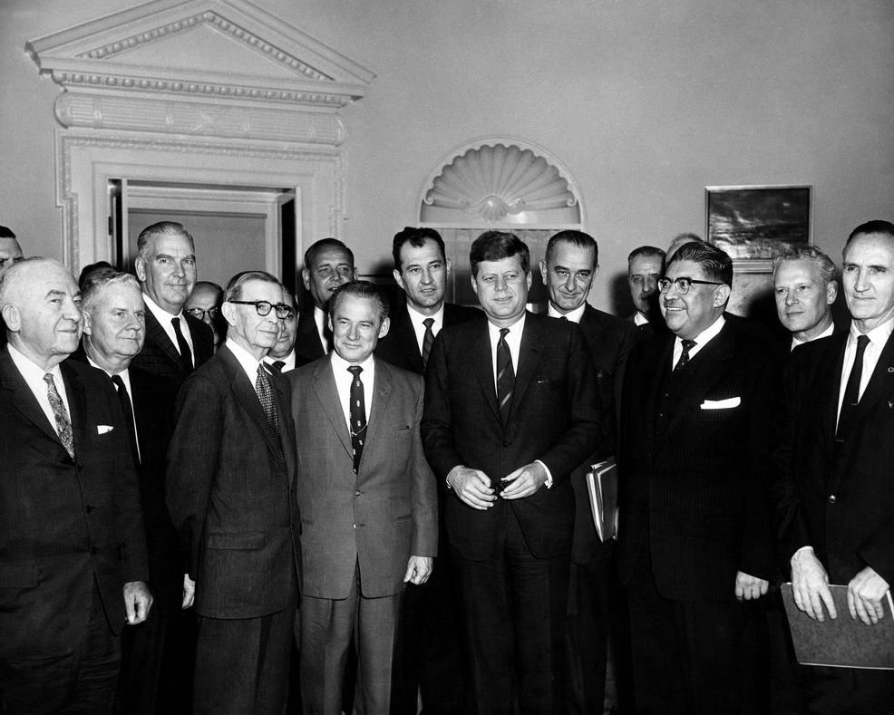 PRESIDENT JOHN F KENNEDY MEETS WITH MEXICO-US STRATEGY GROUP 8X10 PHOTO (BB-408)