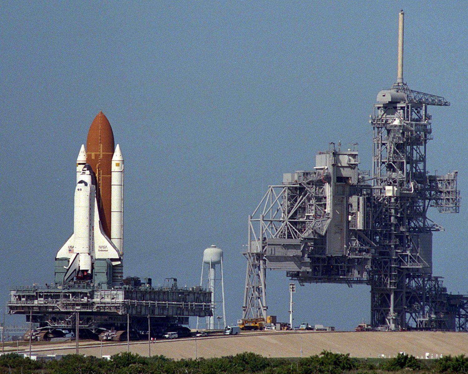 SPACE SHUTTLE ENDEAVOUR ROLLS FROM LAUNCH PAD 39A TO 39B - 8X10 PHOTO (EP-258)