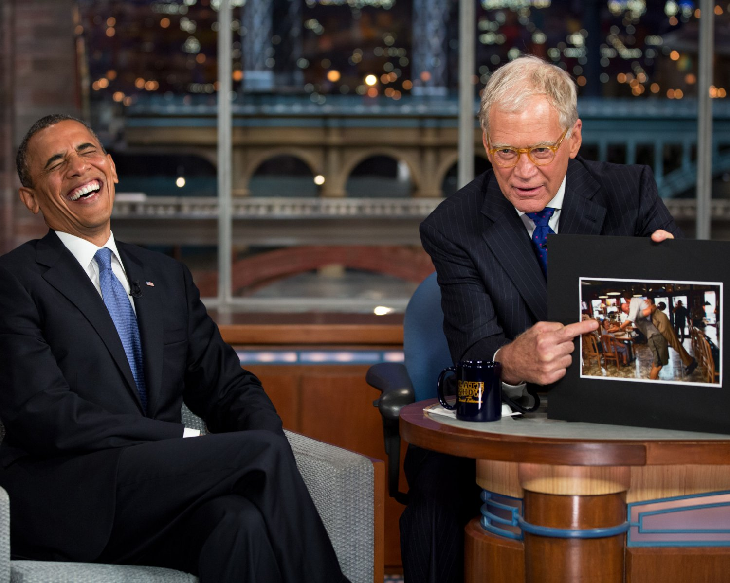 "PRESIDENT BARACK OBAMA ON ""LATE SHOW WITH DAVID LETTERMAN"" - 8X10 PHOTO (ZY-381)"