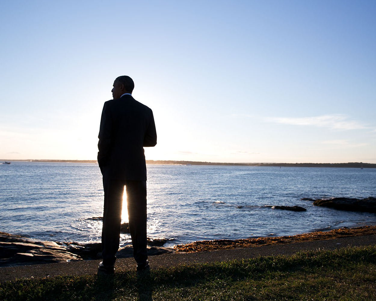 BARACK OBAMA AT BRENTON POINT IN NEWPORT, RHODE ISLAND - 8X10 PHOTO (ZY-383)