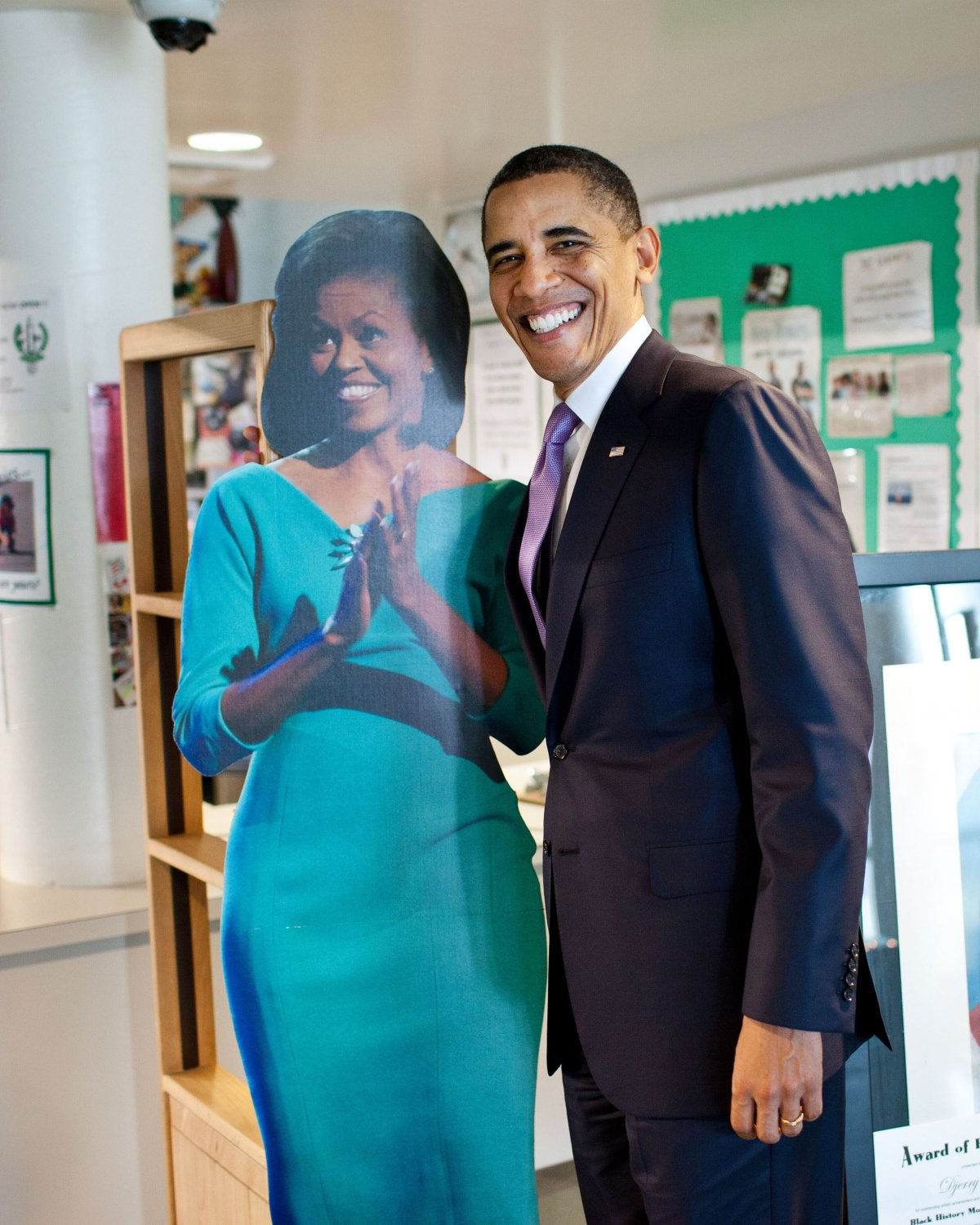 BARACK OBAMA & CUT-OUT OF MICHELLE ON VISIT TO MIAMI SCHOOL 8X10 PHOTO (ZY-390)
