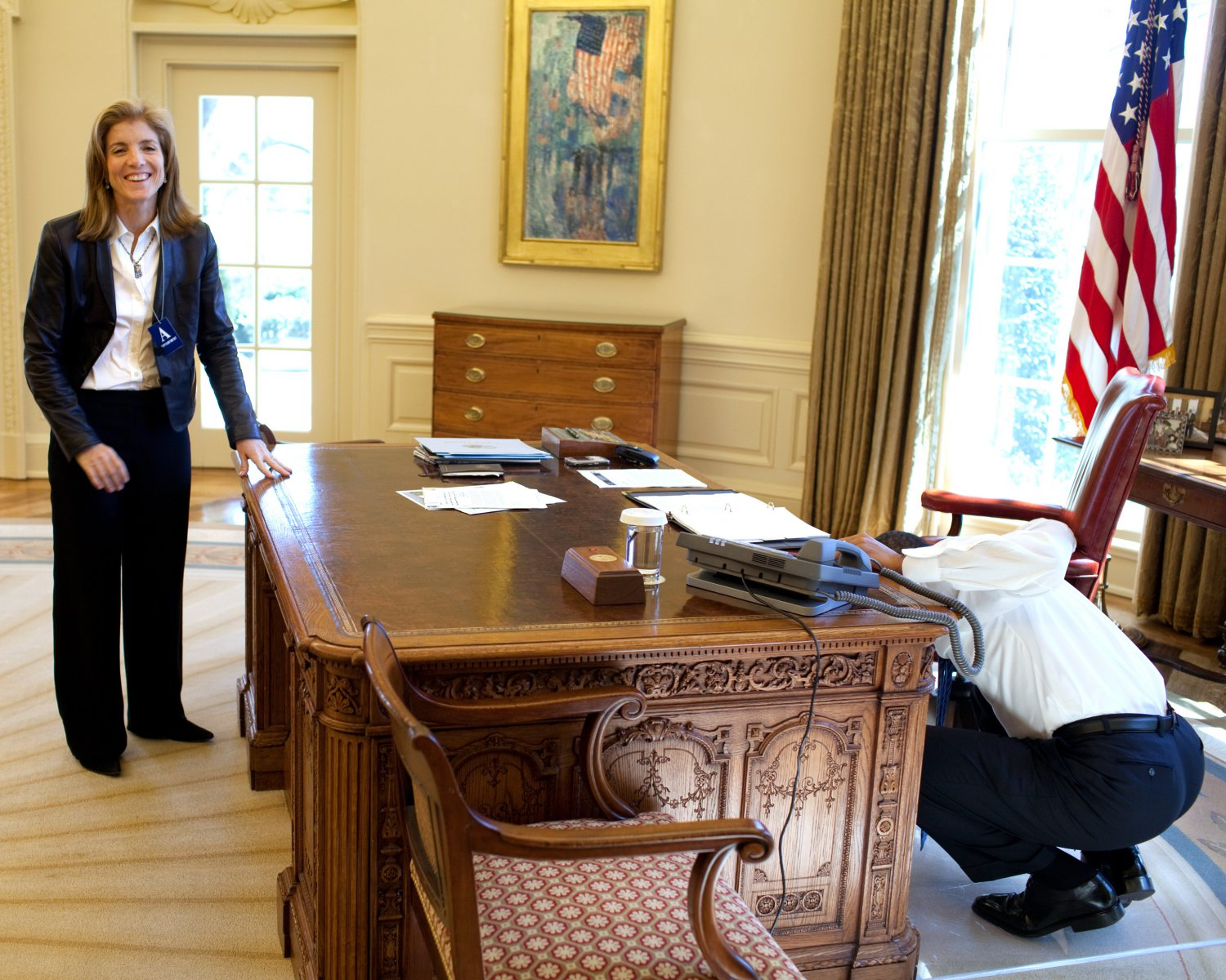 BARACK OBAMA EXAMINES RESOLUTE DESK WITH CAROLINE KENNEDY 8X10 PHOTO (ZY-391)
