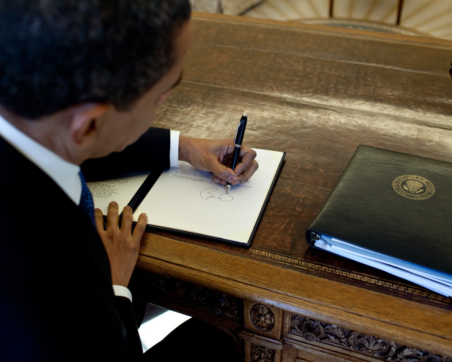 PRESIDENT BARACK OBAMA SIGNS AN EXECUTIVE ORDER IN 2009 - 8X10 PHOTO (ZY-396)