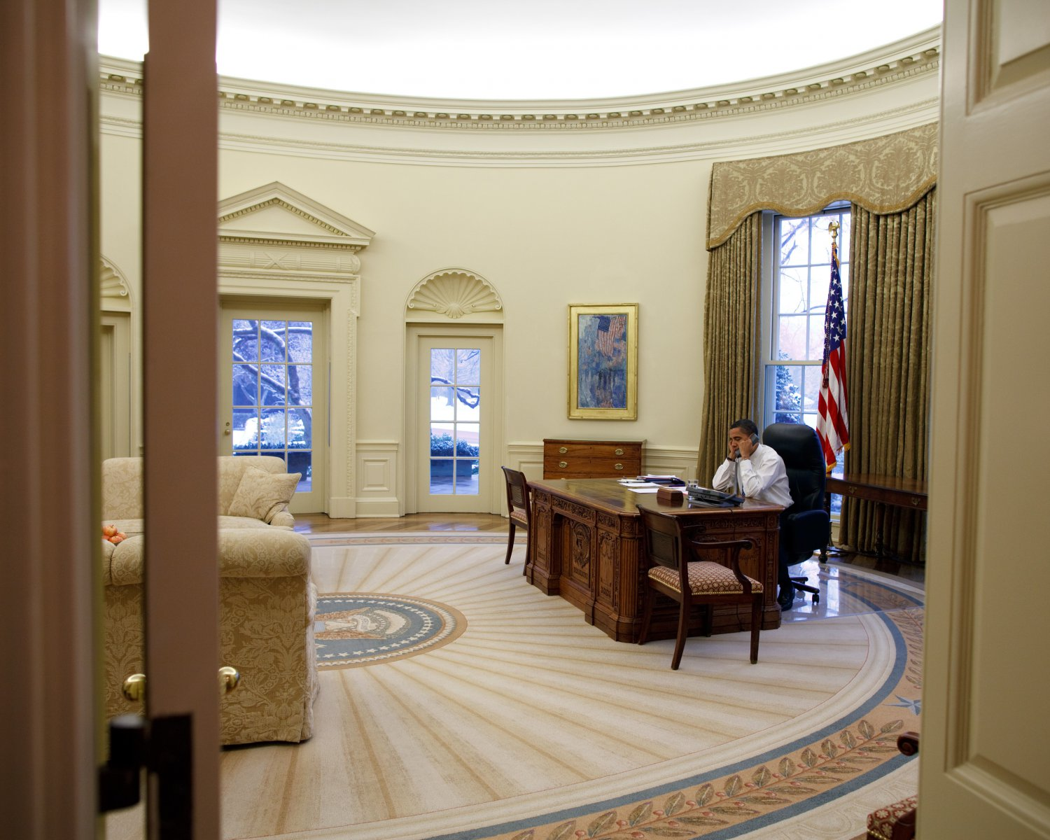 PRESIDENT BARACK OBAMA IN OVAL OFFICE ON JANUARY 28, 2009 - 8X10 PHOTO (ZY-398)