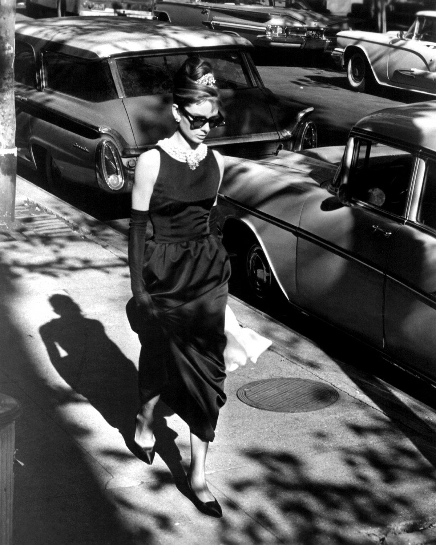 "AUDREY HEPBURN IN FILM ""BREAKFAST AT TIFFANY'S"" - 8X10 PUBLICITY PHOTO (NN-205)"