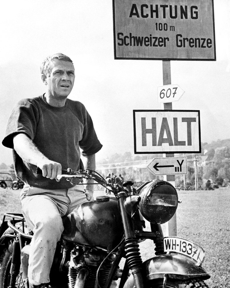 """STEVE McQUEEN IN THE FILM """"THE GREAT ESCAPE"""" - 8X10 PUBLICITY PHOTO (ZY-413)"""