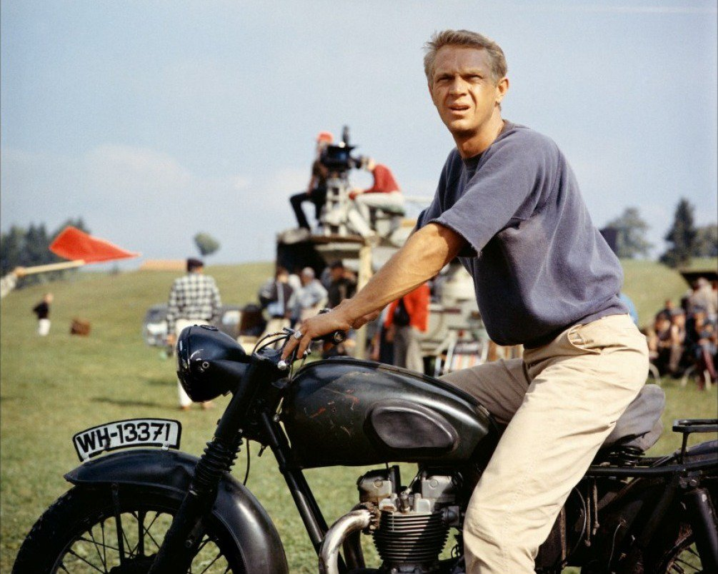 "STEVE McQUEEN IN THE FILM ""THE GREAT ESCAPE"" - 8X10 PUBLICITY PHOTO (ZY-414)"