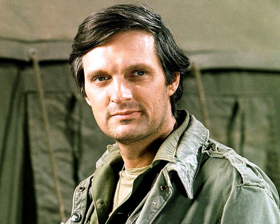 "ALAN ALDA IN THE TV SHOW ""M*A*S*H"" MASH - 8X10 PUBLICITY PHOTO (ZY-438)"
