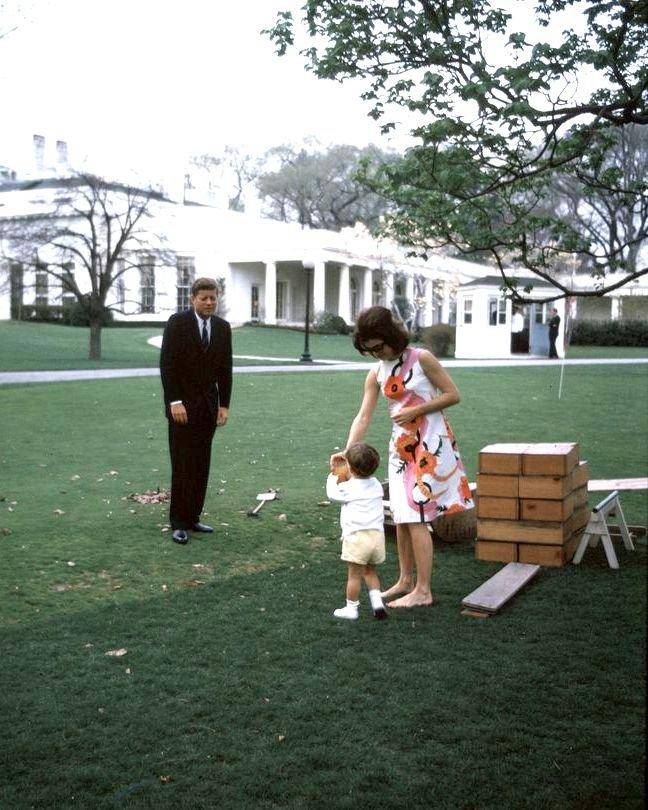 JOHN F. KENNEDY, JACQUELINE & JOHN, JR. ATTEND CHILDREN'S PARTY - 8X10 PHOTO (ZY-441)