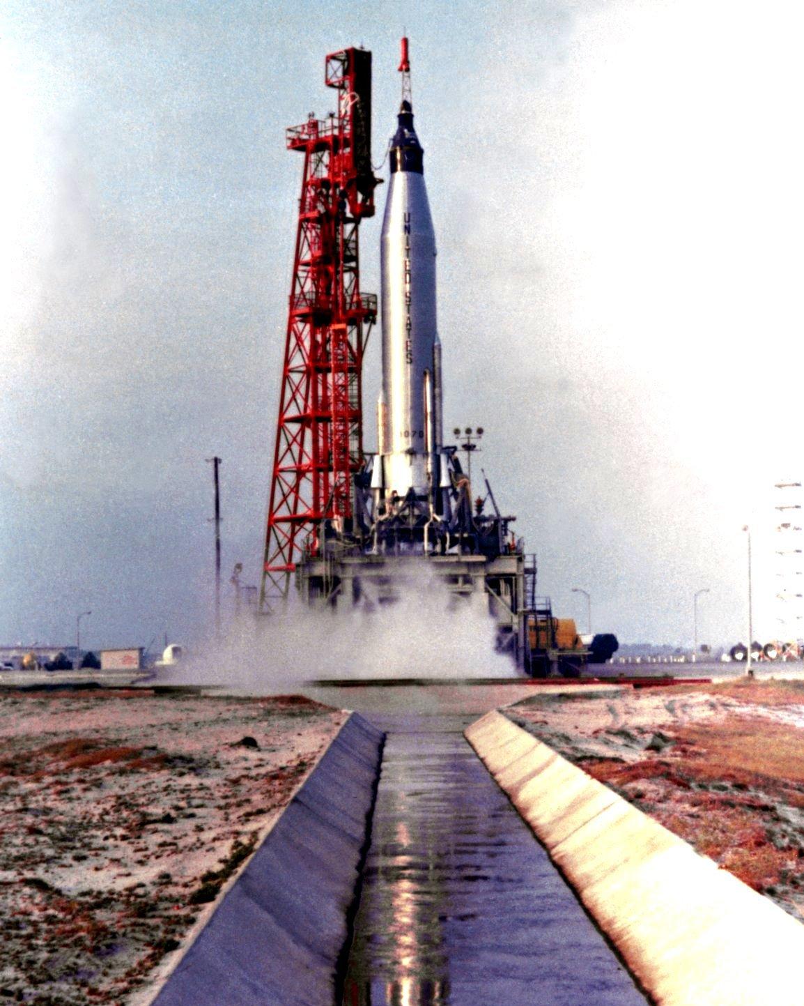 ASTRONAUT SCOTT CARPENTER LIFTS OFF IN AURORA 7 MERCURY 8X10 NASA PHOTO (EP-885)