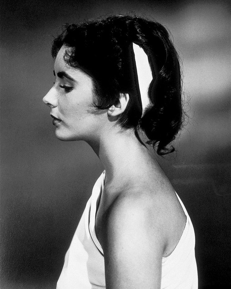 ELIZABETH TAYLOR LEGENDARY ACTRESS - 8X10 PUBLICITY PHOTO (ZZ-529)