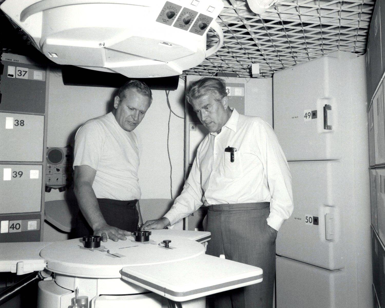 DR WERNHER VON BRAUN INSPECTS MOCKUP OF SATURN WORKSHOP 8X10 NASA PHOTO (ZZ-165)