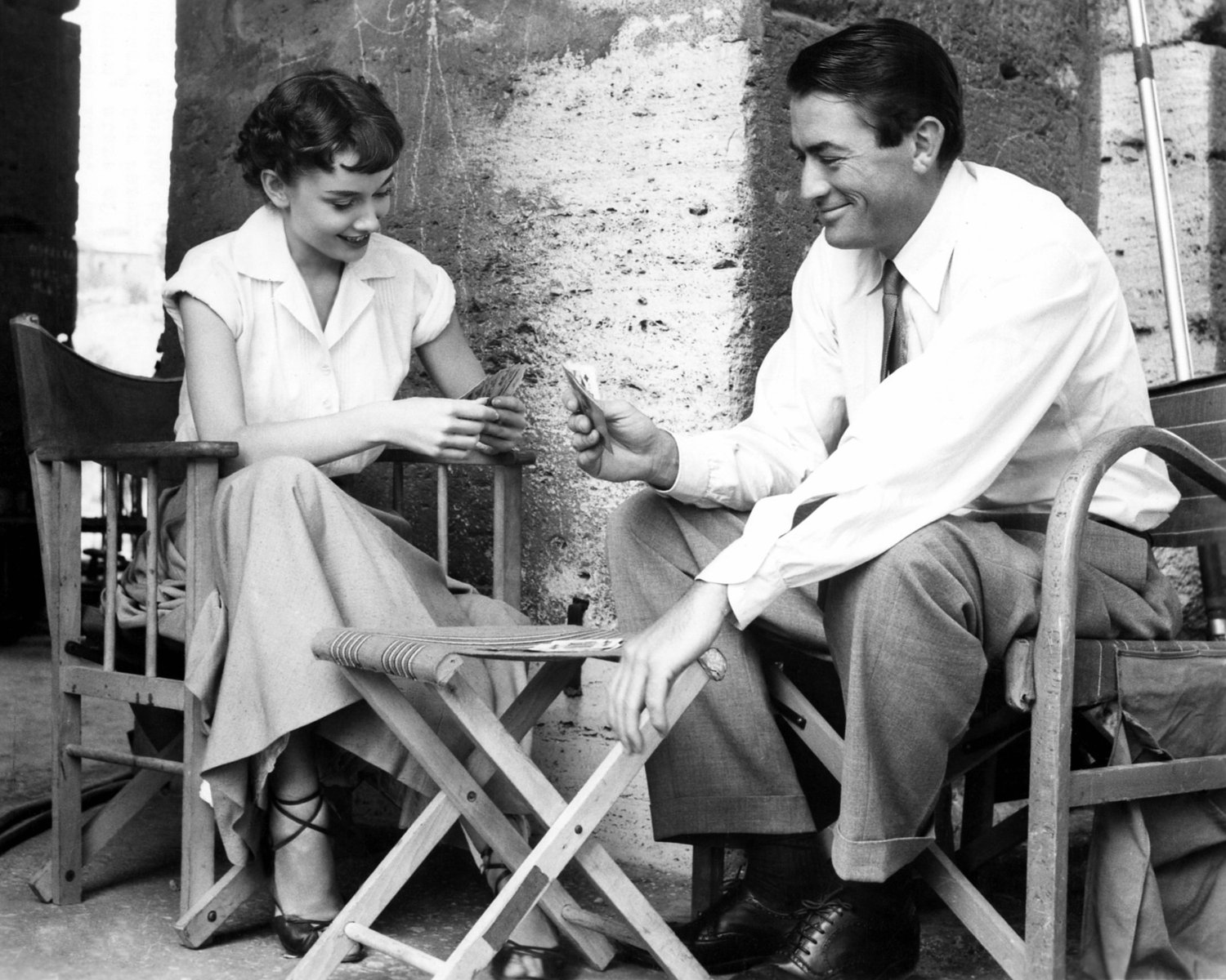 """AUDREY HEPBURN & GREGORY PECK ON THE SET OF """"ROMAN HOLIDAY"""" 8X10 PHOTO (ZY-469)"""