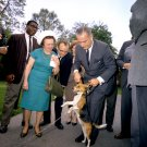 "LYNDON JOHNSON LIFTS HIS DOG ""HIM"" BY THE EARS IN 1964 - 8X10 PHOTO (ZY-481)"