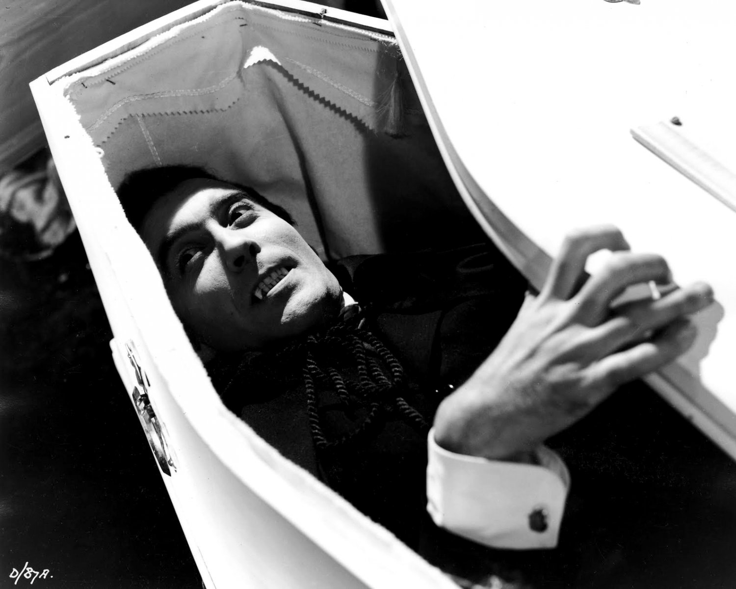 "CHRISTOPHER LEE IN THE 1958 FILM ""DRACULA"" - 8X10 PUBLICITY PHOTO (ZY-486)"