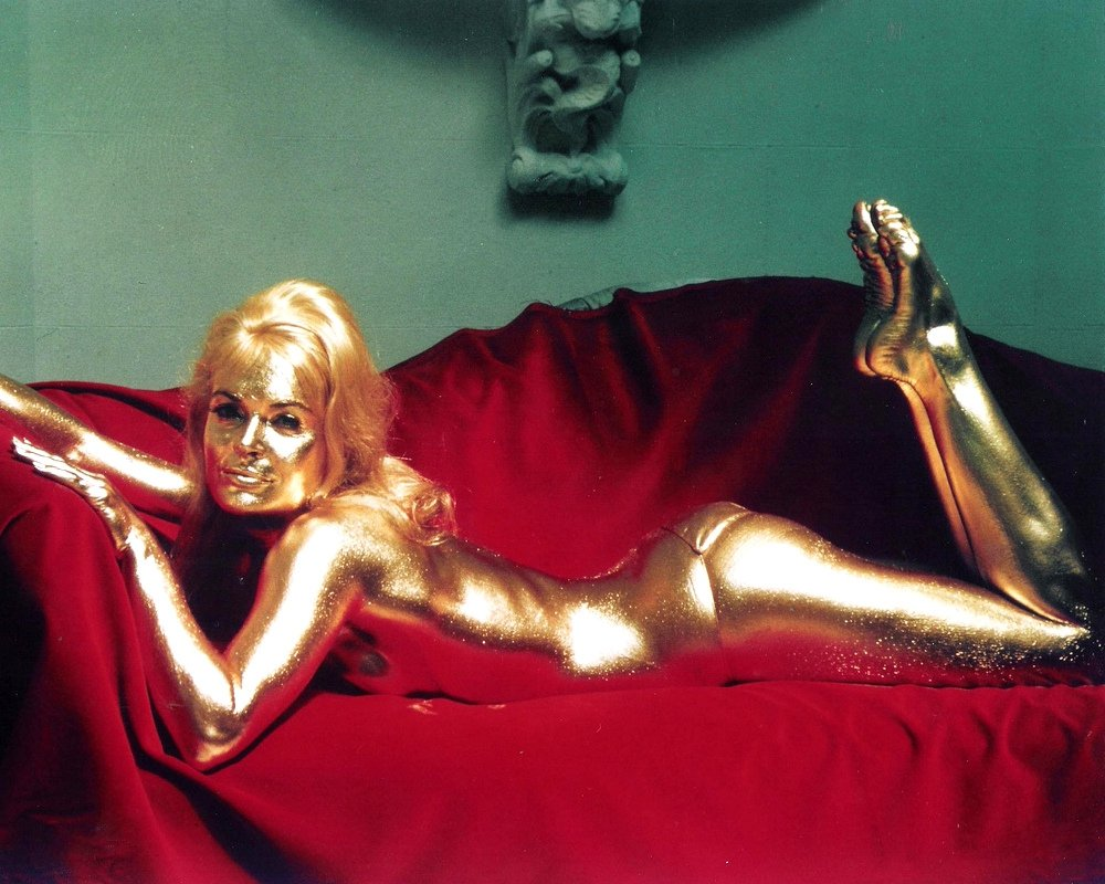 """SHIRLEY EATON IN """"JAMES BOND"""" FILM """"GOLDFINGER"""" - 8X10 PUBLICITY PHOTO (ZY-489)"""