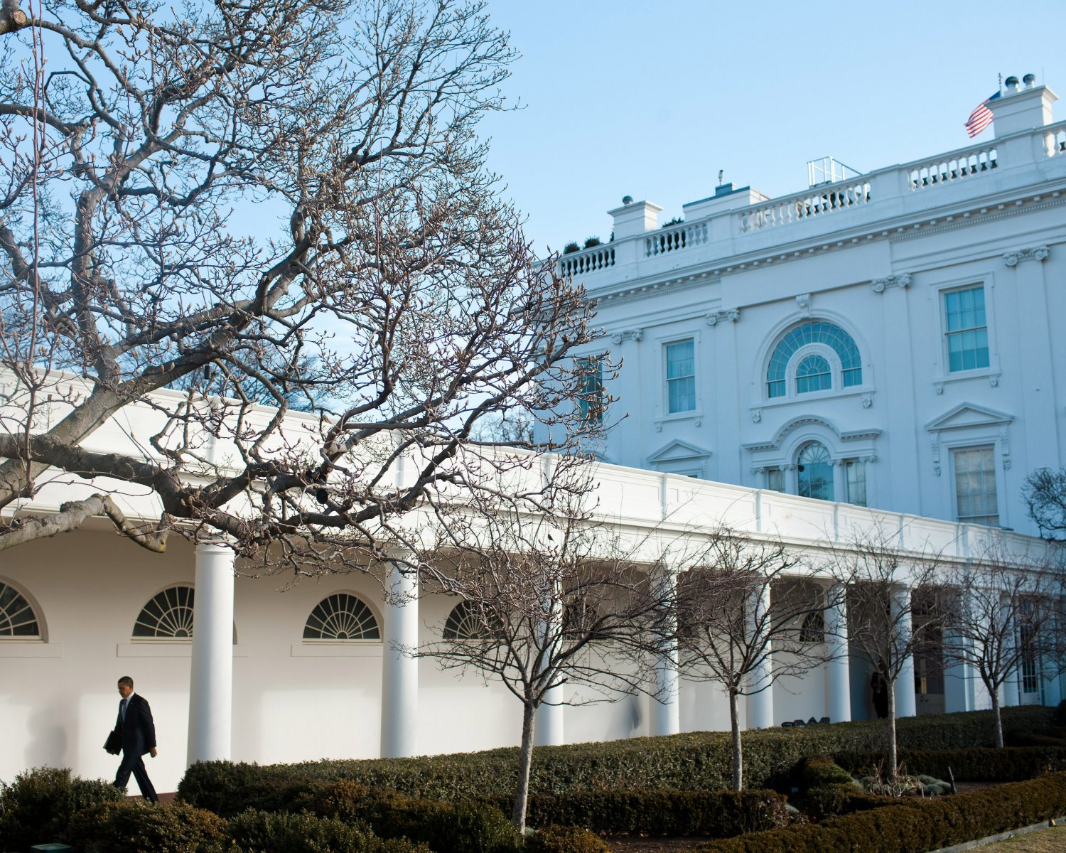 BARACK OBAMA WALKS ALONG THE WHITE HOUSE COLONNADE IN 2011 - 8X10 PHOTO (ZY-504)