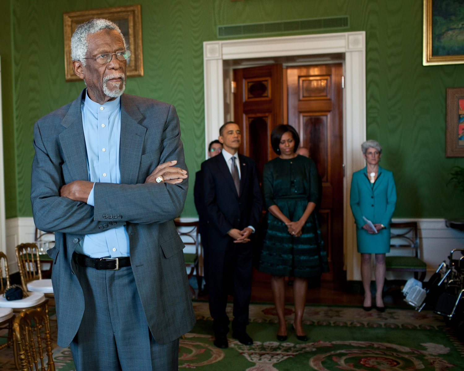 PRESIDENT BARACK OBAMA WITH BASKETBALL LEGEND BILL RUSSELL - 8X10 PHOTO (ZY-507)