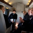 BARACK OBAMA ON MARINE ONE WITH CHICAGO MAYOR RAHM EMANUEL - 8X10 PHOTO (ZY-509)