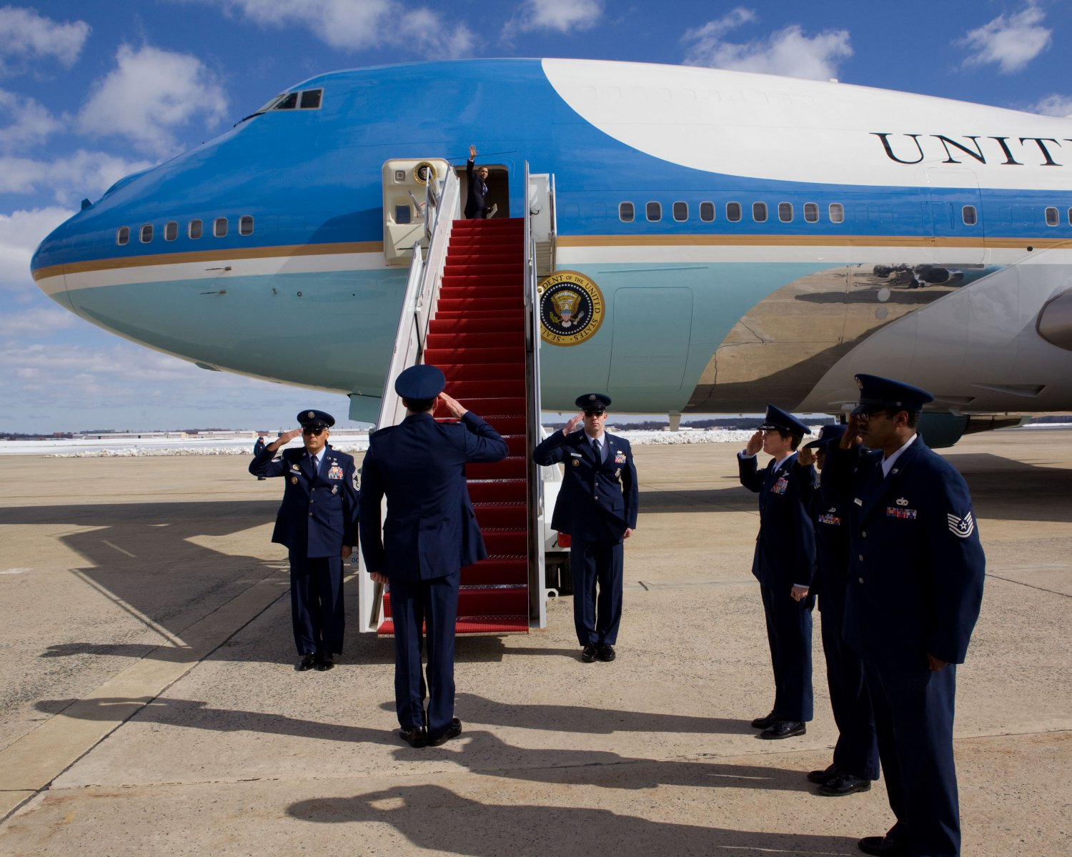 PRESIDENT BARACK OBAMA WAVES FROM AIR FORCE ONE - 8X10 PHOTO (ZY-522)