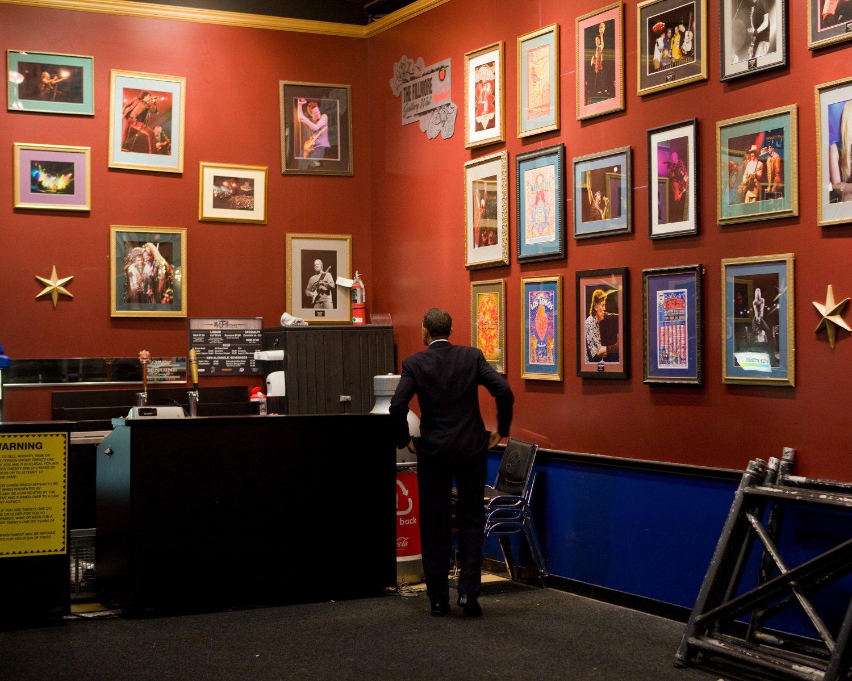 PRESIDENT BARACK OBAMA BACKSTAGE @ THE FILLMORE AUDITORIUM - 8X10 PHOTO (ZY-523)