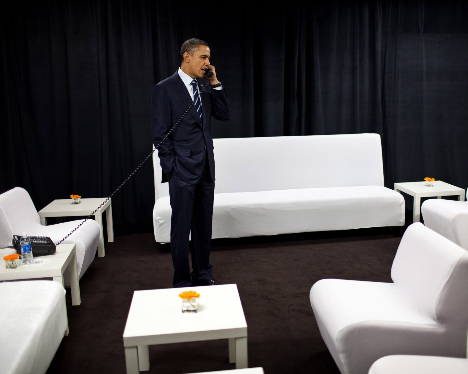 PRESIDENT BARACK OBAMA BACKSTAGE @ INTEL CORPORATION IN 2015 8X10 PHOTO (ZY-527)