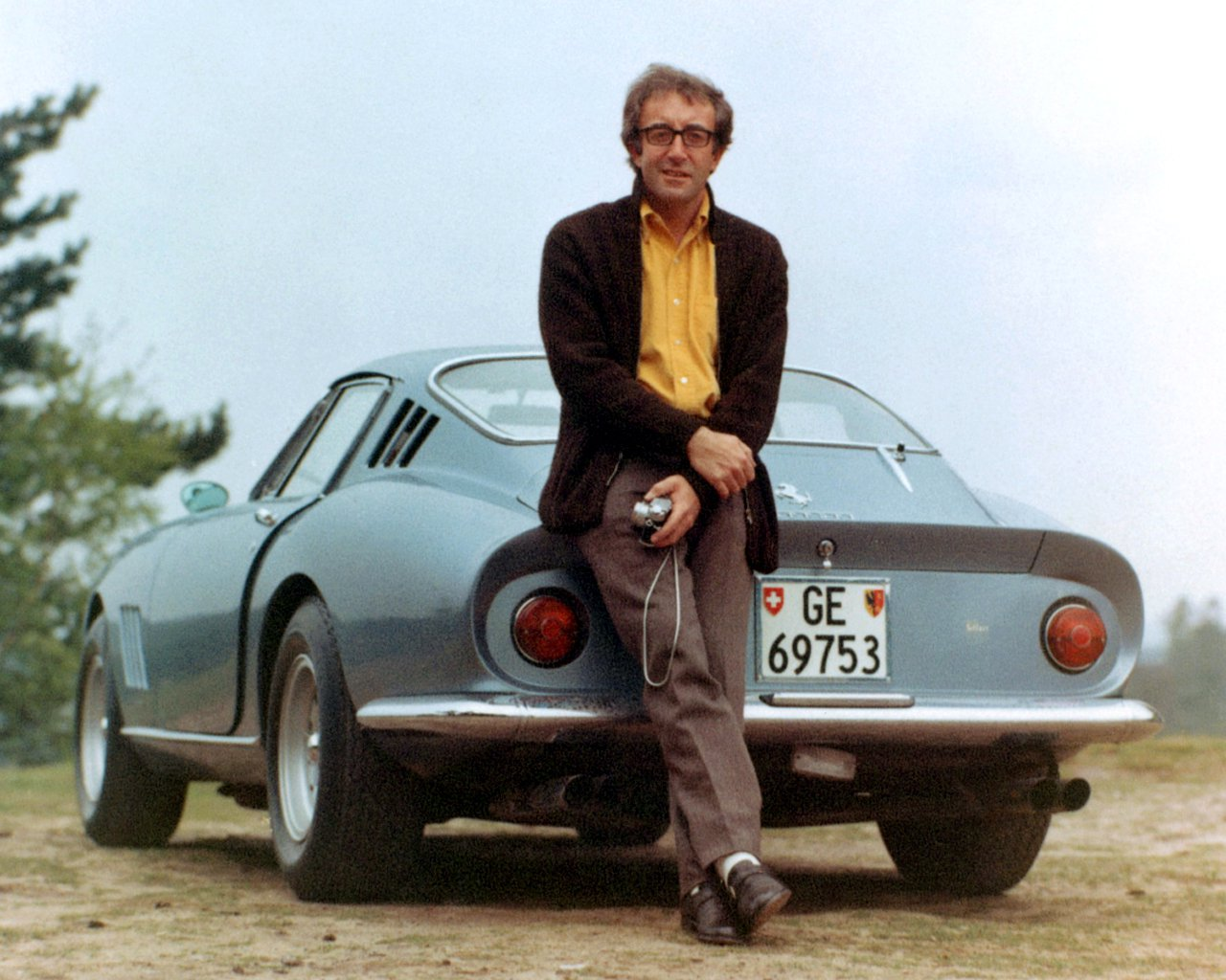 PETER SELLERS WITH HIS FERRARI 275 GTB - 8X10 PUBLICITY PHOTO (OP-114)