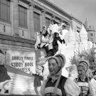 SHIRLEY TEMPLE ON FLOAT IN MACY'S THANKSGIVING DAY PARADE - 8X10 PHOTO (OP-117)