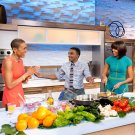 MICHELLE OBAMA WITH ABC'S ROBIN ROBERTS IN GMA STUDIO - 8X10 PHOTO (ZY-555)