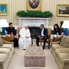 PRESIDENT BARACK OBAMA VISITS w/ POPE FRANCIS IN OVAL OFFICE 8X10 PHOTO (ZY-607)