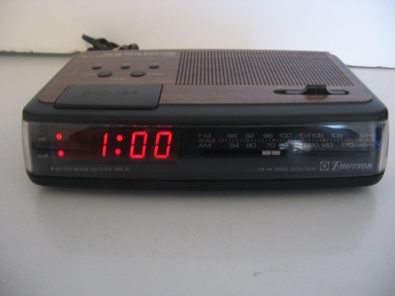 Vintage Emerson AM/FM digital alarm Clock Radio - Woodgrain Finish